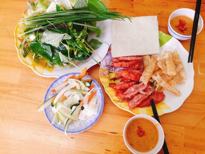 Khi ăn, cây nem Đà Lạt sẽ được cắt làm hai, ăn kèm với bánh tráng chiên giòn, ít đồ chua và rau sống