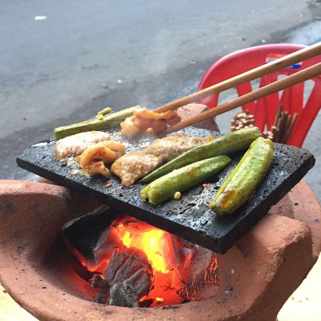 Thịt heo được nướng trên ngói đá