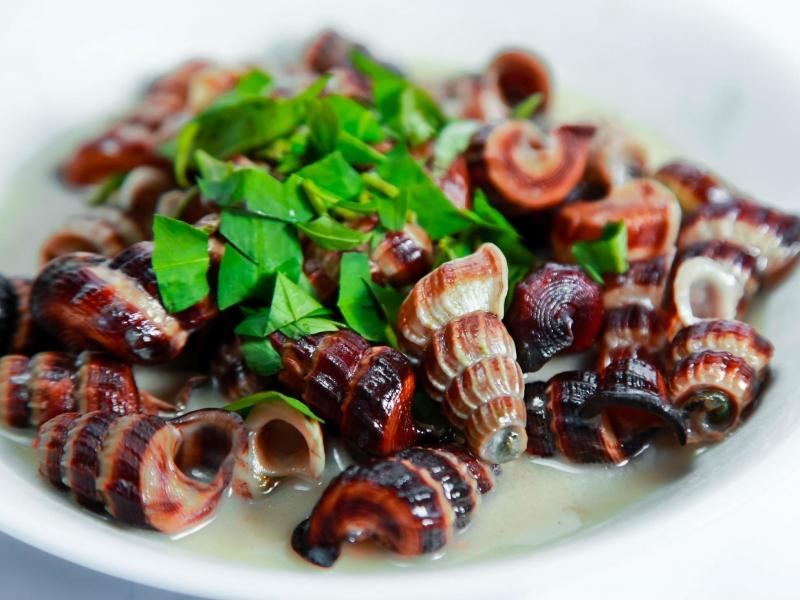 Các món ăn ngon có thể kể đến tại quán nhậu Nhật Thắng như ốc len xào dừa, đậu hủ chiên giòn...