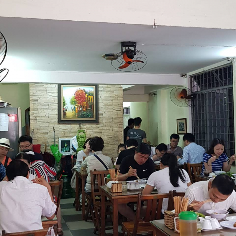 Hanoi Xua Restaurant is very crowded although it only opens 4.5 hours per day