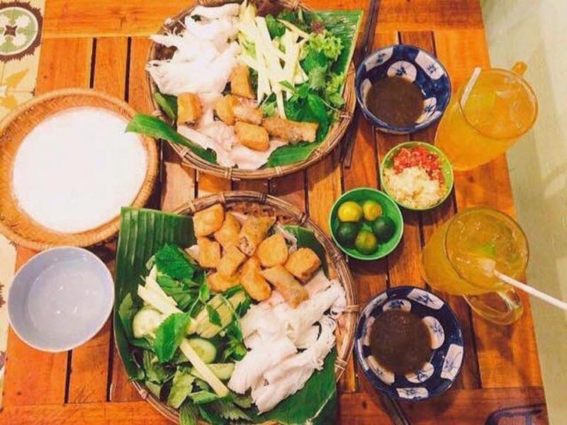 Bún đậu Quán Nhỏ ngon nổi tiếng với kiểu ăn riêng biệt một kiểu thì đựng bún đậu trong mẹt lót lá chuối xanh mướt