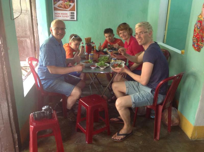Du khách thưởng thức món ăn tại quán Phúc