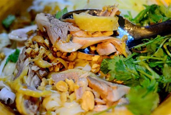 Quán Quen là địa chỉ dành cho ai muốn thưởng thức phở gà trộn thơm ngon gần Học Viện Ngân Hàng