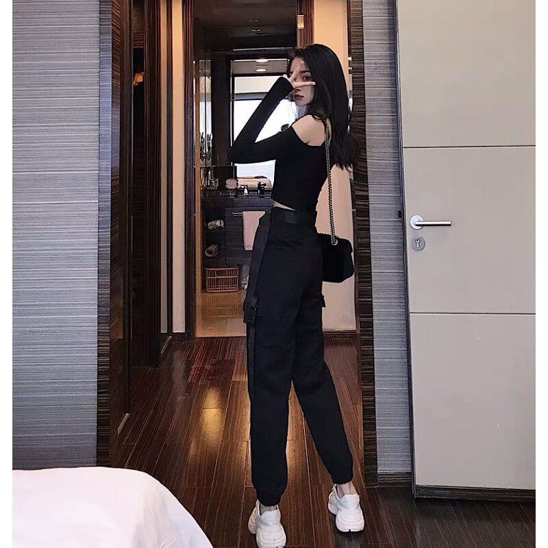 Quần short hoặc chân váy jeans kết hợp áo trễ vai