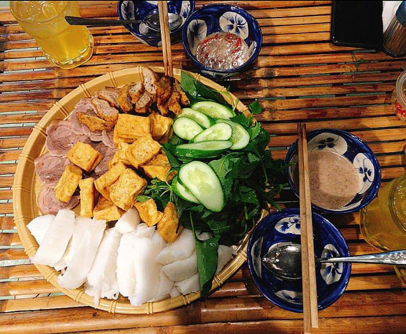 Một nhân vật không thể thiếu chính là mắm tôm, tại quán Song Ngà, mắm tôm được đánh giá có vị ngon ăn ổn