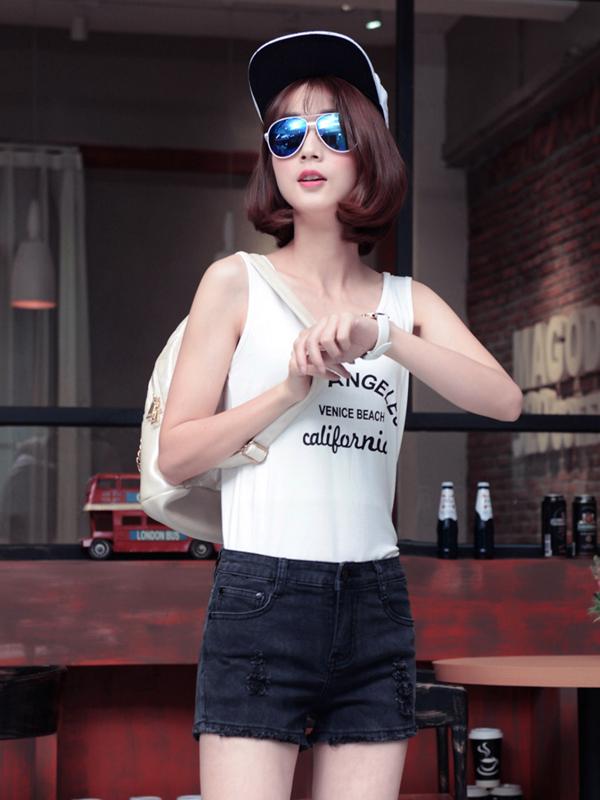 Chiếc quần soóc cạp cao luôn là item trung thành của các cô nàng có chiều cao khiêm tốn.
