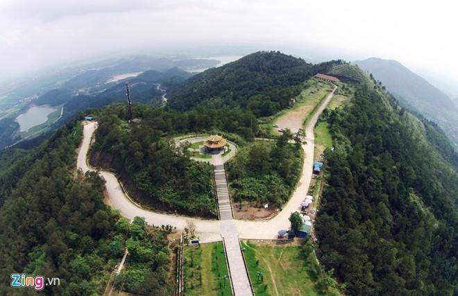 Nơi đây có tượng đài Phù Đổng Thiên Vương được đúc bằng đồng nguyên khối
