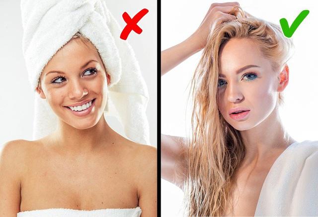 Quấn tóc ướt bằng khăn tắm