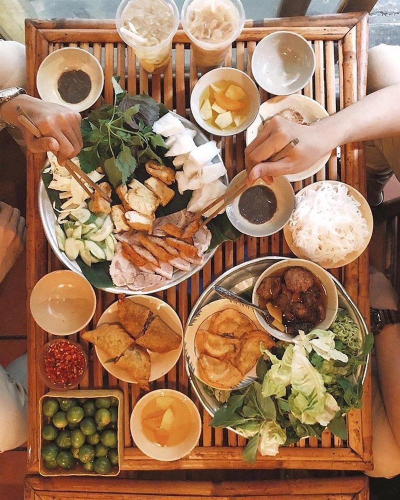 Một mẹt bún đậu thập cẩm có đầy đủ các món ăn kèm như đậu, nem chua rán, chả cốm, thịt luộc, lòng, dồi và gan