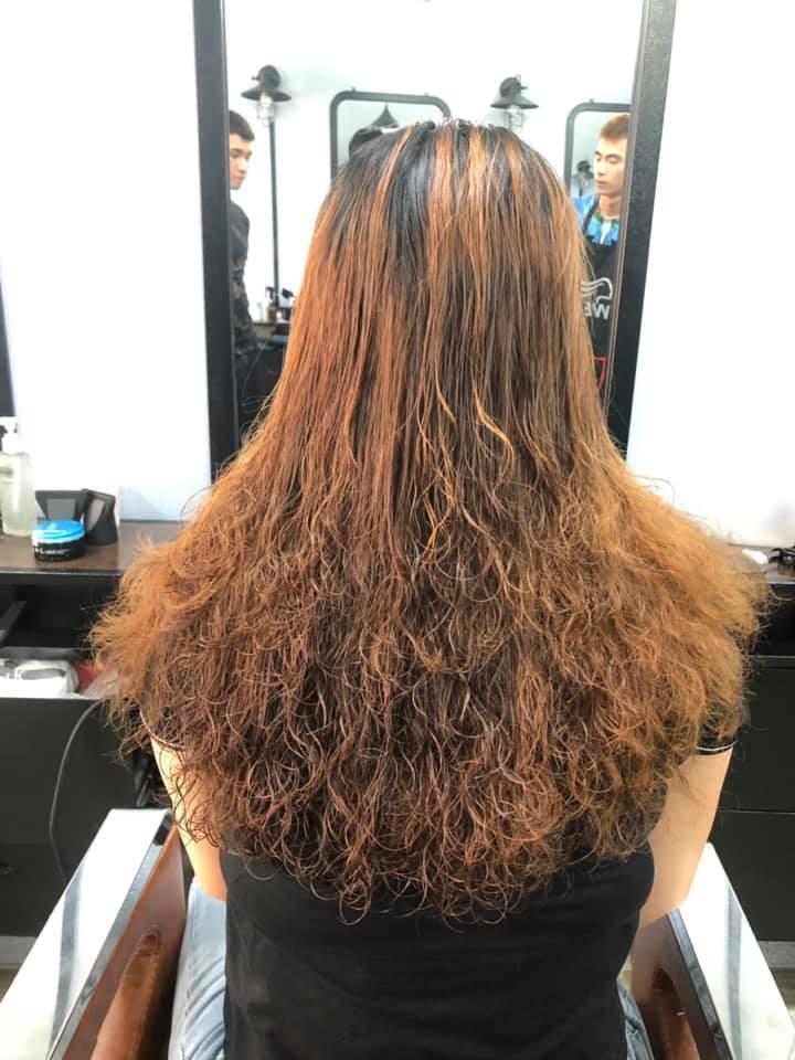 Kiểu tóc xoăn mới lạ, đầy nữ tính.