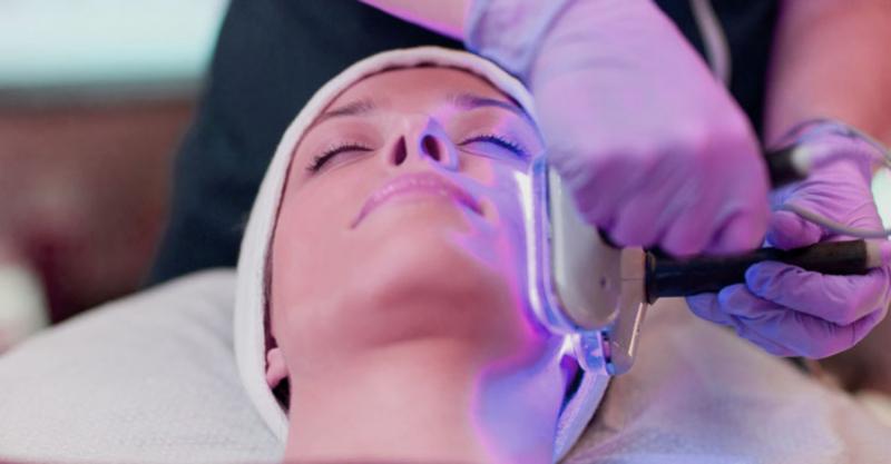Queen Spa áp dụng phương pháp trị mụn bằng công nghệ ánh sáng sinh học giúp làm giảm viêm sưng, hạn chế hiệu quả những vết thâm, đồng thời cân bằng tuyến nhờn cho da, triệt tiêu hoàn toàn vi khuẩn gây mụn, điều trị tận gốc và ngăn ngừa mụn tái phát.