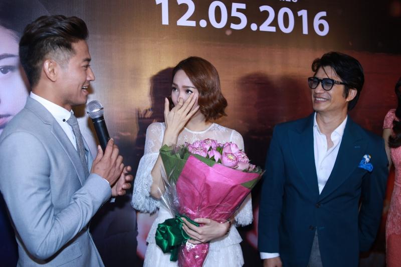 Minh Hằng xúc động khi được Quý Bình tặng hoa