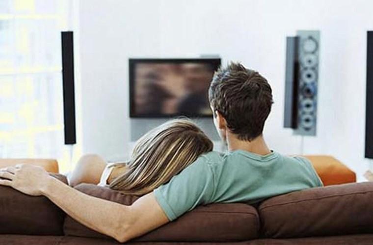Một bộ phim lãng mạn tại nhà là ý tưởng độc đáo và tiết kiệm cho ngày Valentine