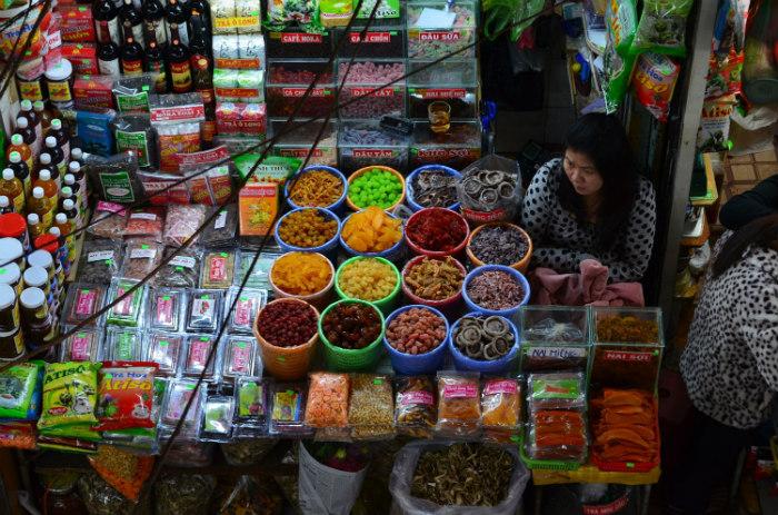 Không khó để tìm chỗ mua rau củ sấy và mứt tại chợ Đà Lạt