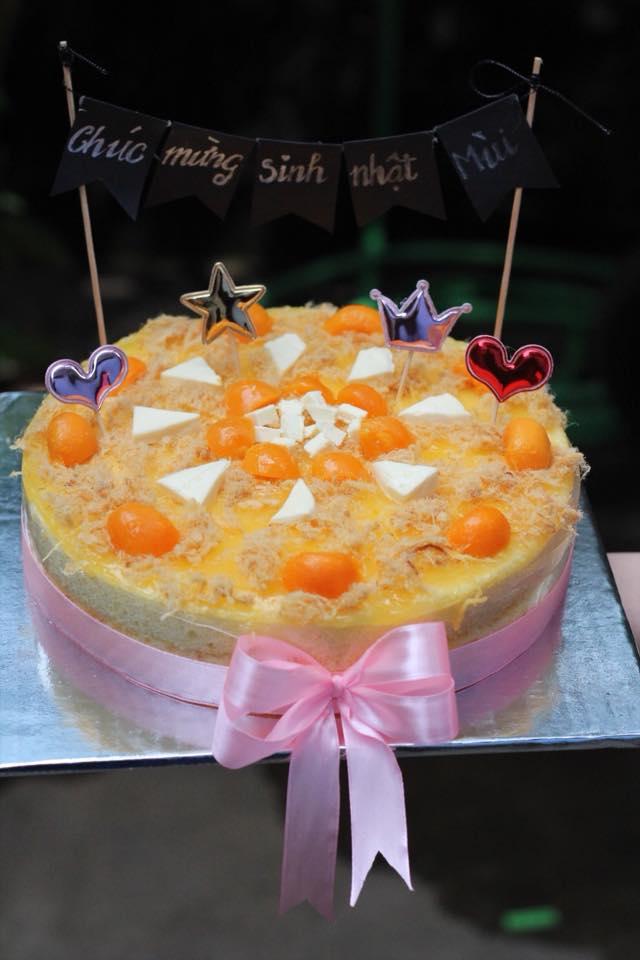 Bánh bông lan trứng muối phiên bản bánh sinh nhật .