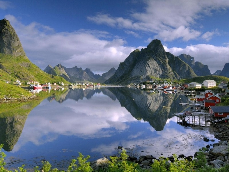 Sự kết hợp hoàn hảo giữa hồ và các núi đá xung quanh tại Reine, Na Uy