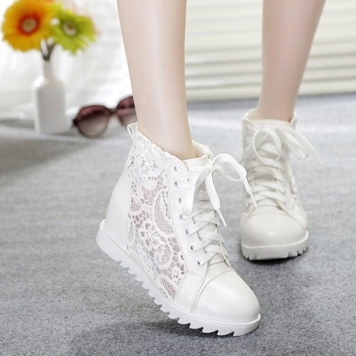 Những đôi giày ren sáng màu sẽ mang lại cho các cô gái sự trẻ trung và đáng yêu, trong khi ren tối màu sẽ mang lại xu hướng của sự quyến rũ.