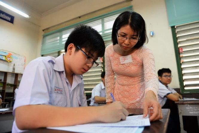 Giáo viên đang hướng dẫn bài cho học sinh- Nguồn: Internet