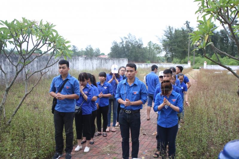 Thắp hương tri ân những anh hùng liệt sĩ đã hi sinh bảo vệ tổ quốc.