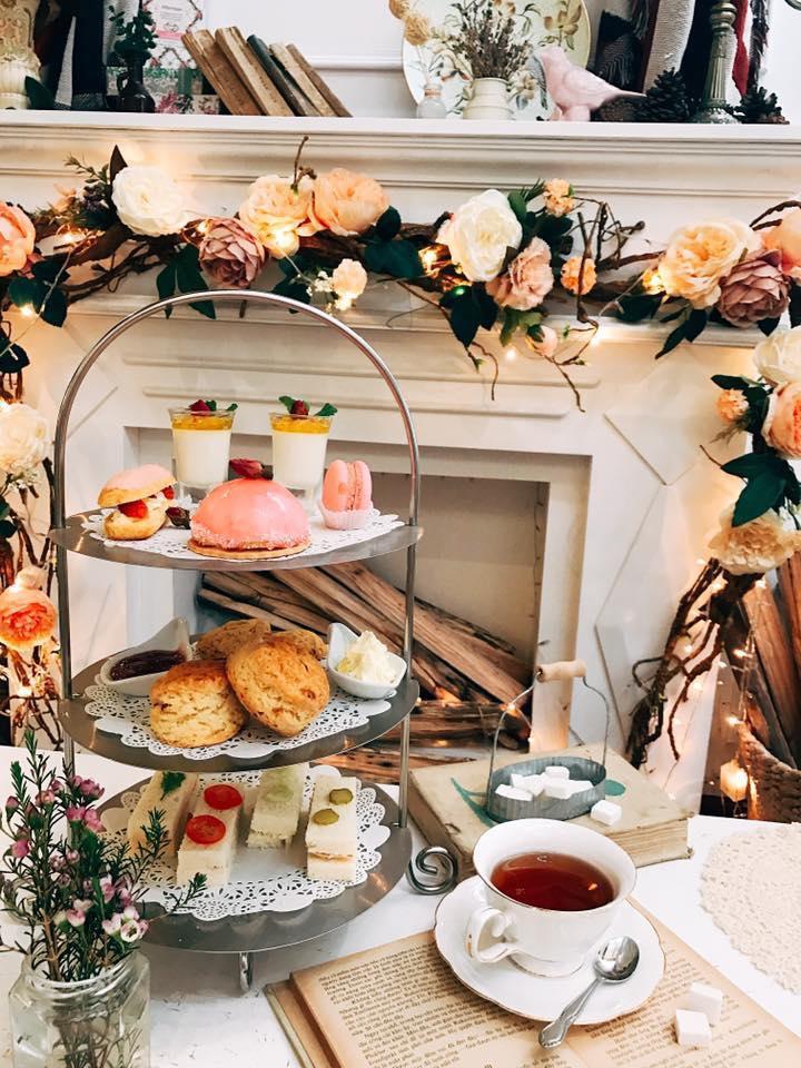 Menu của quán Rewind Teahouse có trà Harrods, Twinings, Whittard, Laduree, Scones, kem clotted từ Cornwall và rất nhiều loại bánh nướng.