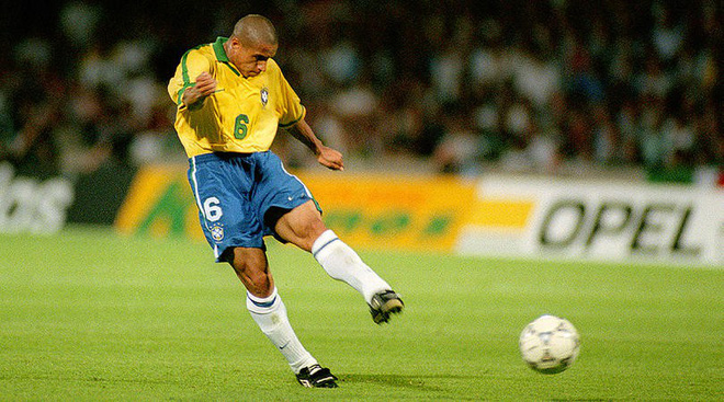 Roberto Carlos sút phạt