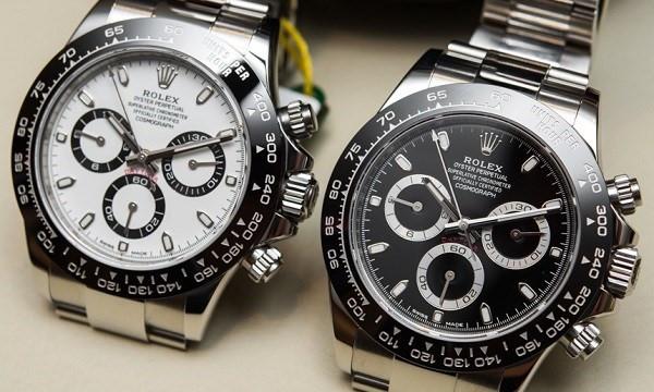 Rolex Cosmograph Daytona 2016 là chiếc đồng hồ mới nhất, với vỏ bọc bên ngoài được làm từ bạch kim vô cùng sang trọng. Được chăm chút tỉ mỉ đến từng chi tiết, có thể chịu được độ sâu 100m dước mặt nước. Giá khoảng 340 triệu/chiếc.