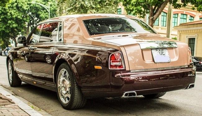 Phần đuôi được sơn màu độc của Rolls-Royce Lửa Thiêng