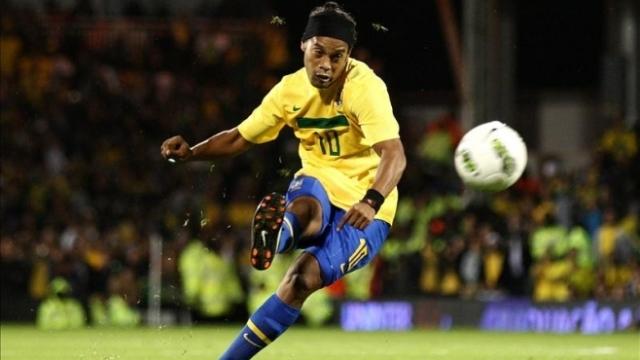 Phù thủy Ronaldinho sút phạt