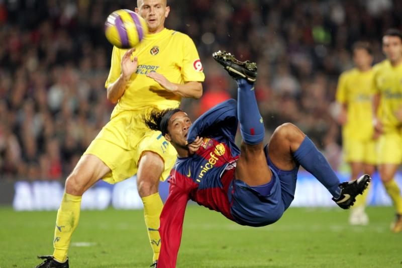 Ronaldinho hay lập siêu phẩm