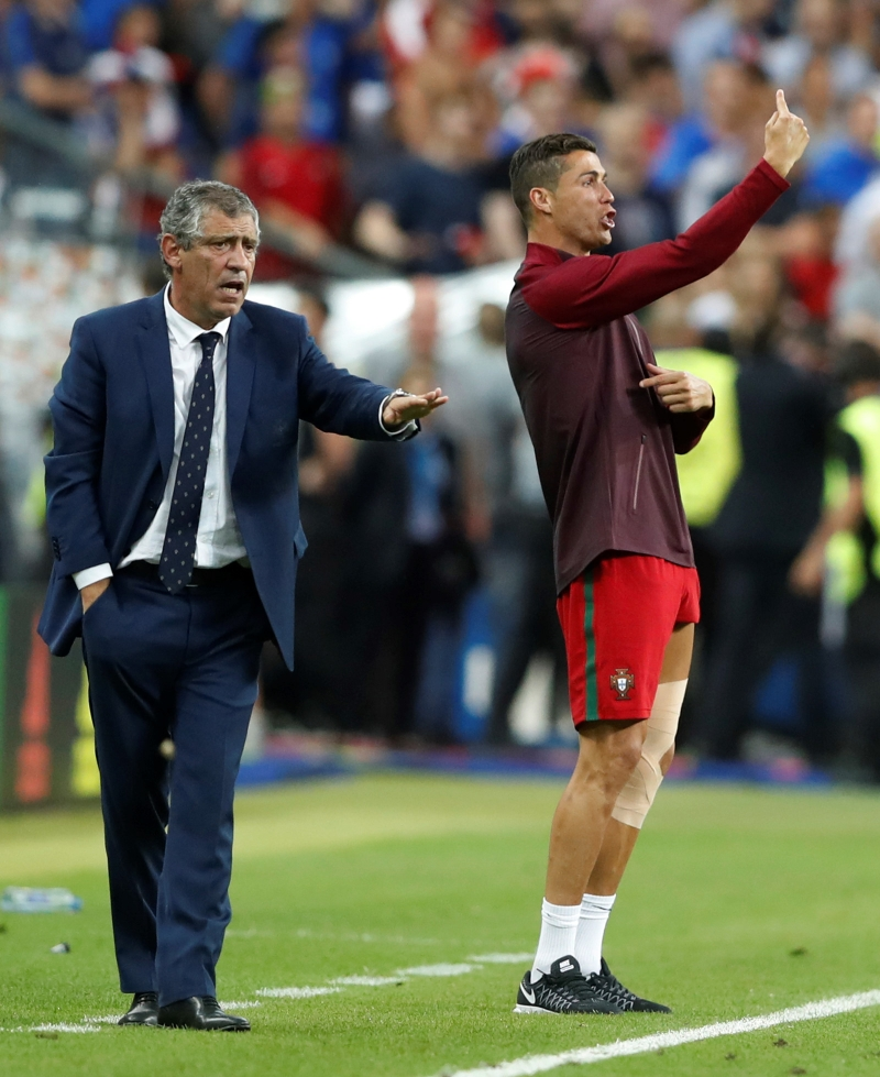 Ronaldo đang hỗ trợ các đồng đội