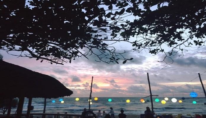 không gian lãng mạn bên bờ biển của Rory's Beach Bar