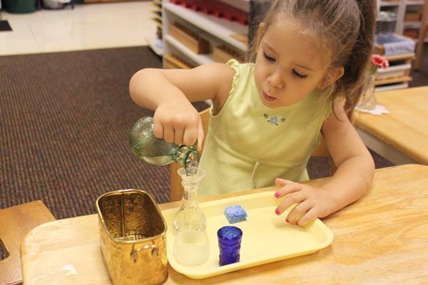 Trẻ học được cách ước chừng lượng nước vừa đủ cho 1 cốc