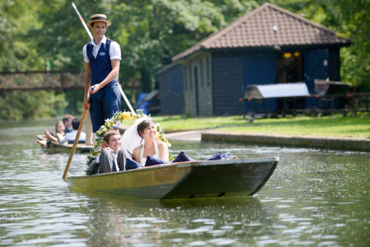Bạn đồng hành sẽ hỗ trợ tối đa cho cô dâu chú rể (Ảnh minh họa: Scudamore's Punting Cambridge@Flickr)