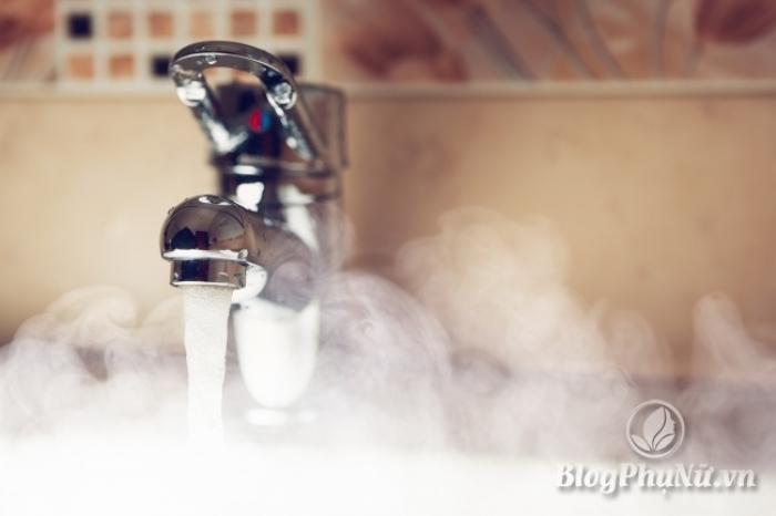Rửa mặt bằng nước quá nóng hoặc quá lạnh