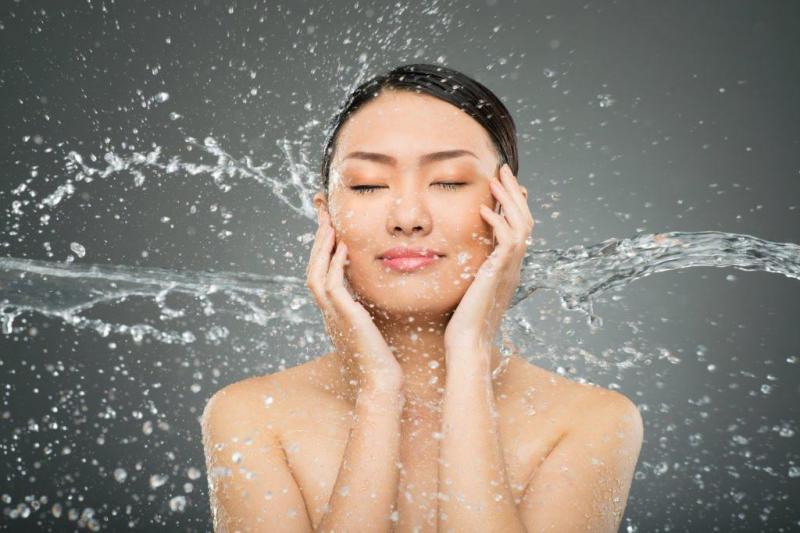 Rửa mặt sạch hàng ngày
