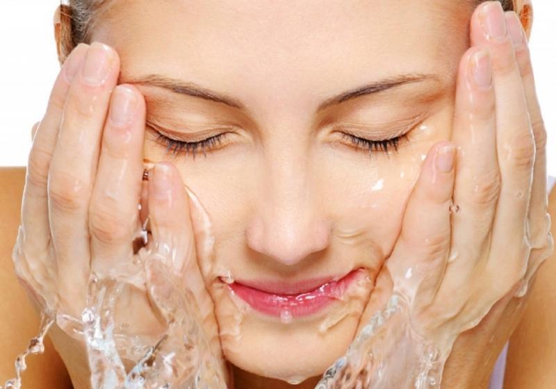 Rửa mặt bằng nước muối loãng