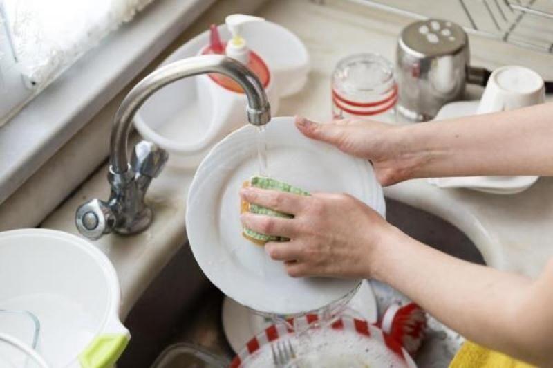 Rửa sạch bát đĩa