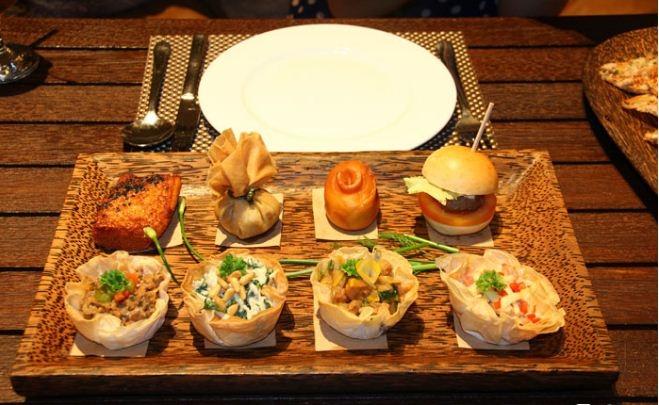 Platter tám loại với những phần ăn được sắp xếp đẹp mắt trên khay