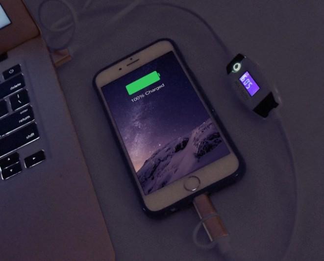 Sạc điện thoại gần các thiết bị điện tử hoặc khu vực có nhiệt độ cao
