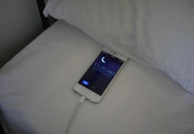 Sạc điện thoại qua đêm làm pin bị chai