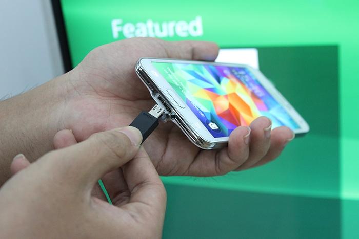 Kết nối điện thoại với Tivi để sạc pin.