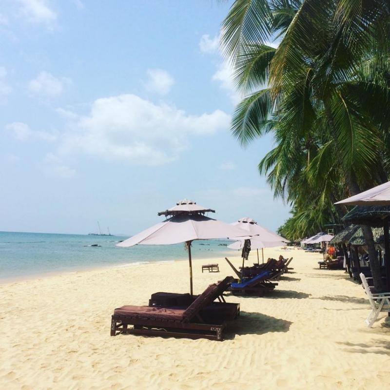 Và thưởng thức những phút giây thư giãn bên bãi biển nước trong vắt, bờ cát mịn và hàng dừa xanh mát