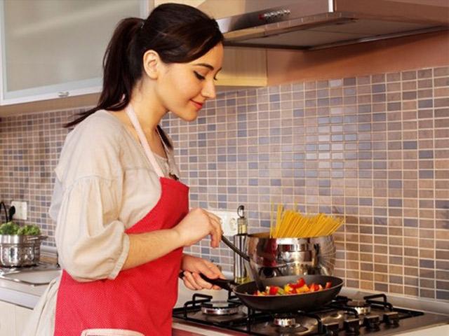Sai lầm khi nấu ăn: ăn vặt trong khi nấu nướng