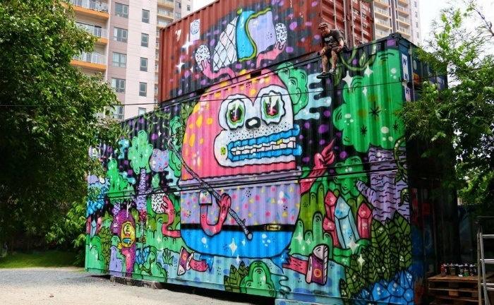 Saigon Outcast sở hữu ba chiếc container cũ kỹ được trang trí rực rỡ để bạn tha hồ chụp ảnh