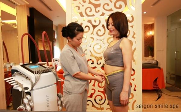 Chuyên viên spa khám cho khách hàng