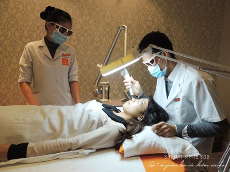 Bác sĩ điều trị nám và tàn nhang cho bệnh nhân