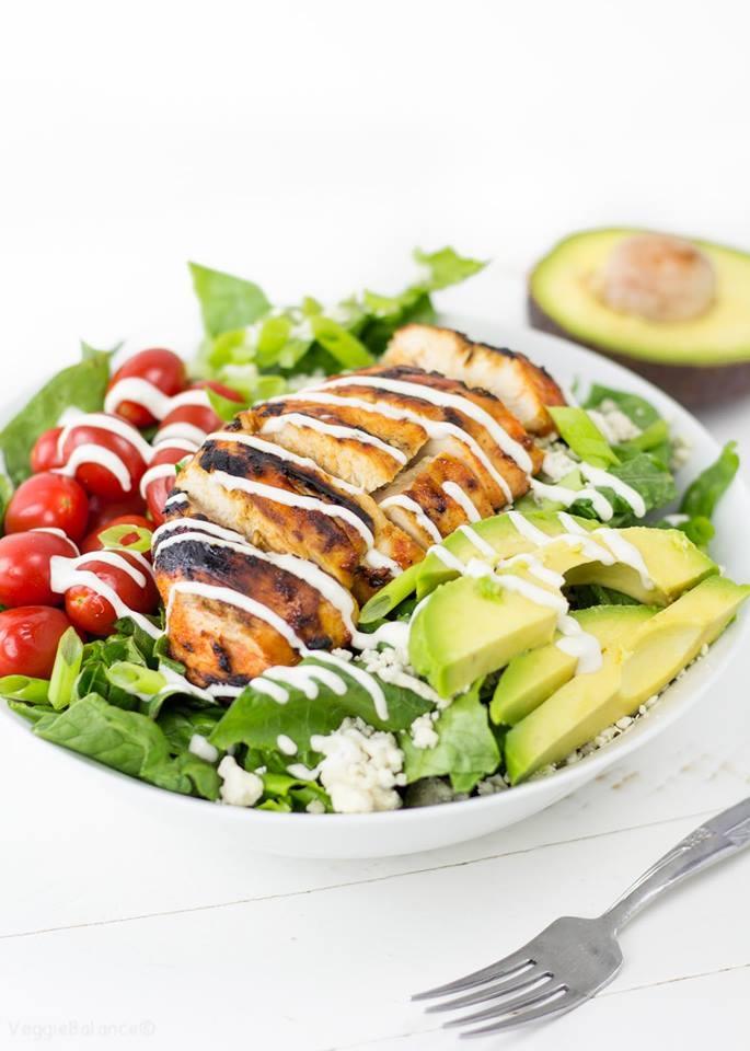 Salad ức gà áp chảo và quả bơ.