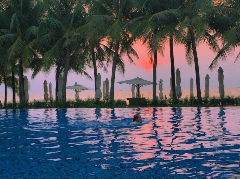 Bạn cũng có thể ngắm hoàng hôn ngay tại hồ bơi hiện đại của resort, giữa một không gian tuyệt vời và khung cảnh vô cùng lãng mạn
