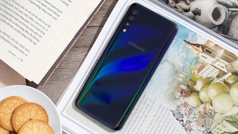 Samsung Galaxy A50 thiết kế sang trọng, bóng bảy.