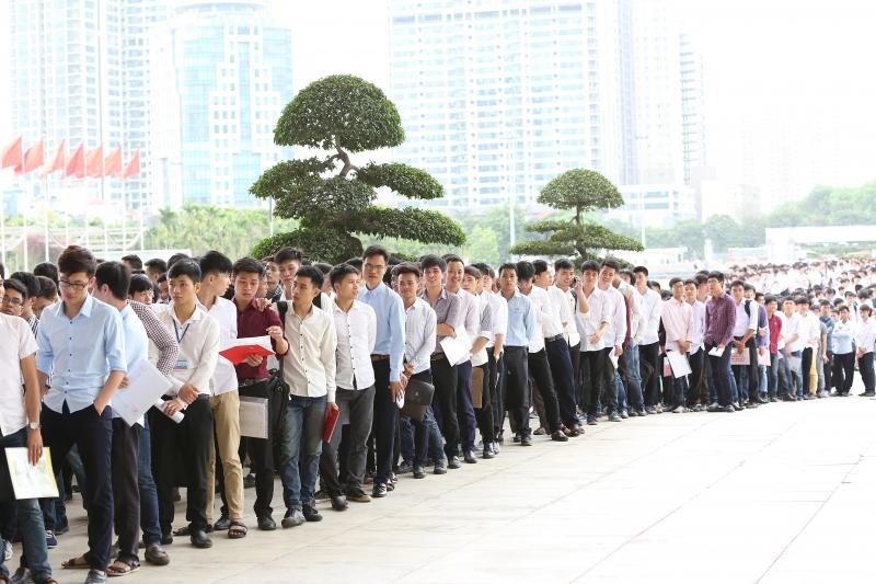 Thí sinh xếp hàng dài chờ thi tuyển vào Samsung